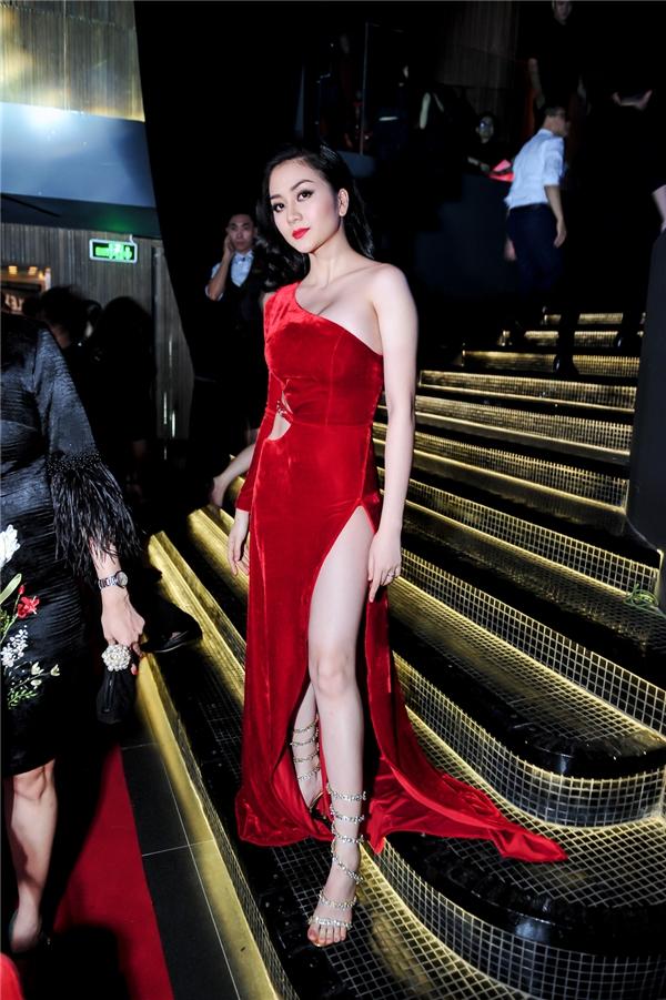 """Trong dàn khách mời đến tham dự đêm tiệc, Thiều Bảo Trang """"làm nổi"""" khi diện chiếc váy với sắc đỏ nồng nàn, quyến rũ. Thiết kế được tạo điểm nhấn bởi đường cắt, xẻ táo bạo ở eo, chân váy. Vừa qua, cô đã ra mắt MV mới đánh dấu con đường đi độc lập với Phương Uyên và Thiều Bảo Trâm. - Tin sao Viet - Tin tuc sao Viet - Scandal sao Viet - Tin tuc cua Sao - Tin cua Sao"""