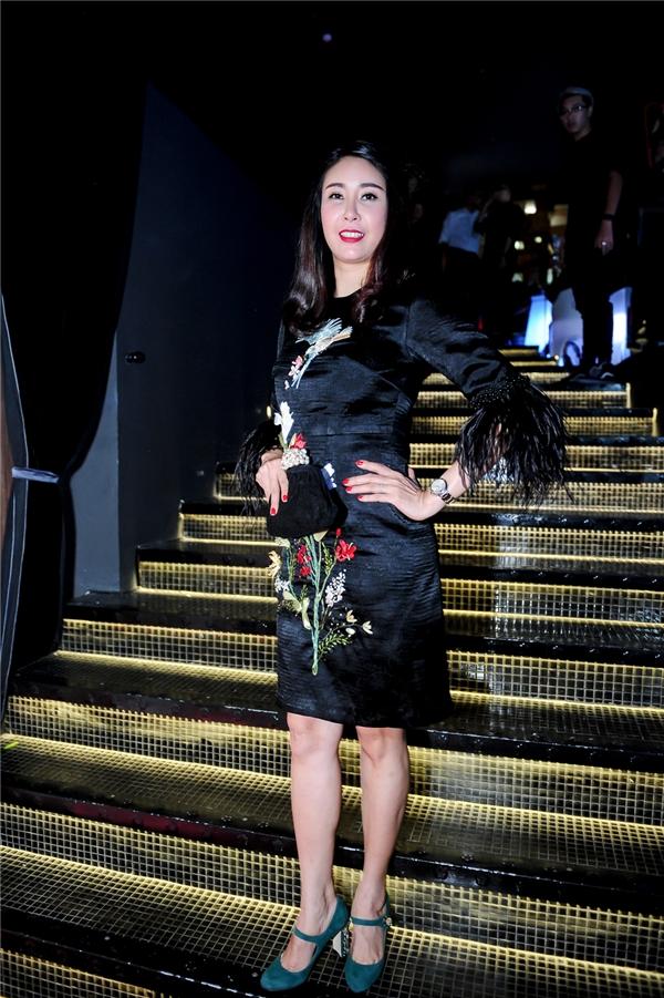 Hoa hậu Việt Nam 1992 Hà Kiều Anh giấu đường cong trong dáng váy rộng được tạo điểm nhấn bằng những họa tiết đầy màu sắc. - Tin sao Viet - Tin tuc sao Viet - Scandal sao Viet - Tin tuc cua Sao - Tin cua Sao