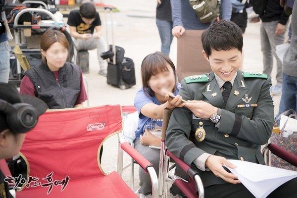 Hành động của Song Joong Ki tại sân bay khiến fan dậy sóng