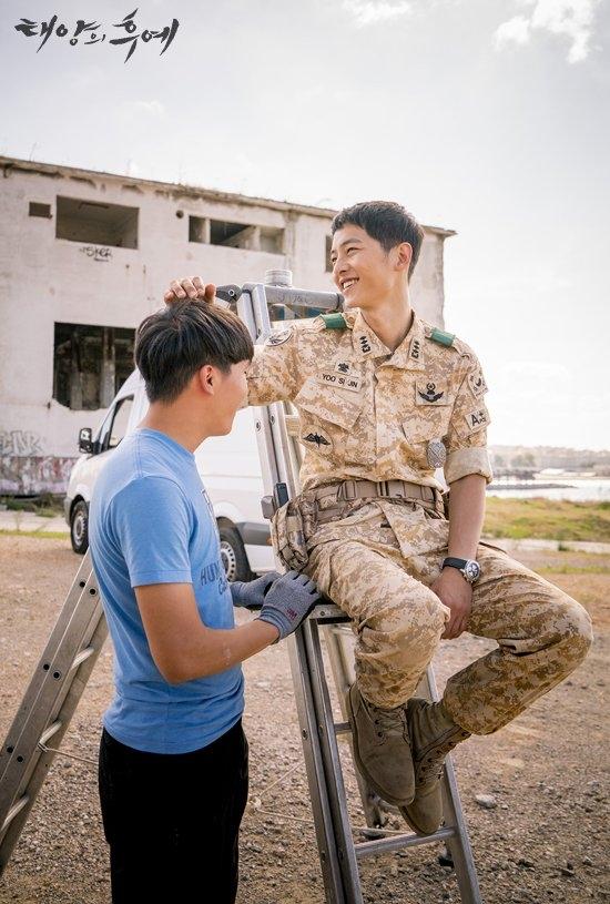 Song Joong Ki thân thiện với các nhân viên đoàn làm phim