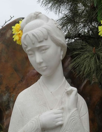 Người hâm mộ vẫn thường cắm hoa trên bức tượng của Hiểu Húc. Ảnh: Sina.