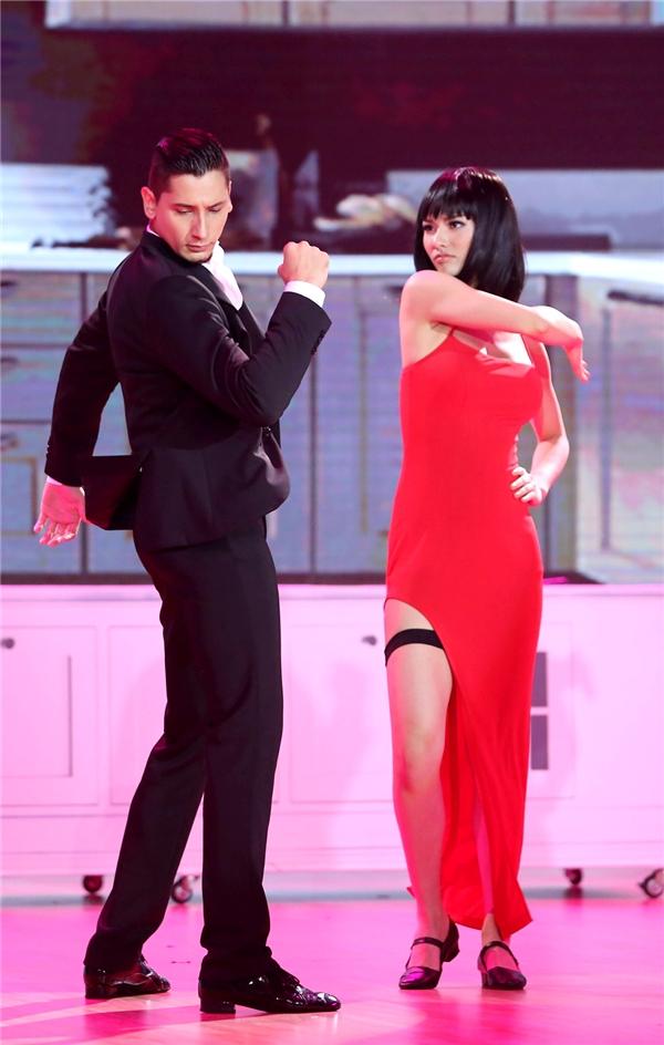 Những điệu khiêu vũ vui nhộn giữa Hồng Quế vàbạn diễn mang lại nhiều tiếng cười cho khán giả. - Tin sao Viet - Tin tuc sao Viet - Scandal sao Viet - Tin tuc cua Sao - Tin cua Sao