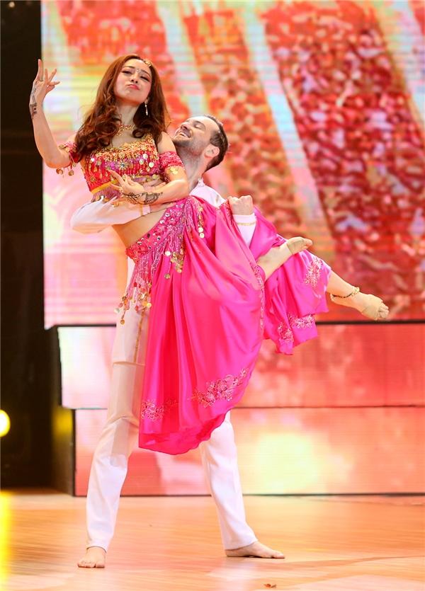 Những động tác múa bụng của Bollywood được xem như điểm sáng trong phần trình diễn. - Tin sao Viet - Tin tuc sao Viet - Scandal sao Viet - Tin tuc cua Sao - Tin cua Sao