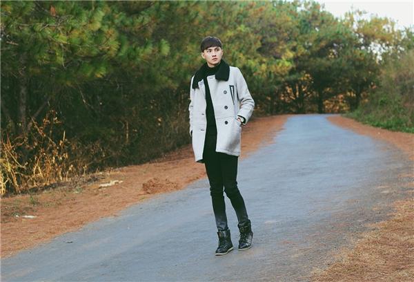 Cả cây đen đơn giản được kết hợp khéo léo cùng áo khoác ngoài tông xám trẻ trung, thu hút. Tuy nhiên trong tiết trời xuân hè, những chất liệu vải mỏng sẽ trở thành lựa chọn tuyệt vời hơn. Thay vào những gam màu trung tính, bạn có thể chọn phối cùng những tông màu nổi để thực sự nổi bật, thu hút.