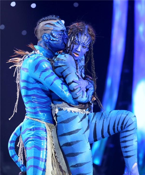Vốn dĩ là kẻ thù của nhau, vì vậy tình yêu của cả hai gặp không ít sự can ngăn từ phía tộc người Avatar. - Tin sao Viet - Tin tuc sao Viet - Scandal sao Viet - Tin tuc cua Sao - Tin cua Sao