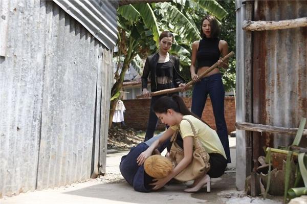 Hai cô gái lạ mặt đột ngột xông đến dùng gậy và tấn công Lương Mạnh Hải. - Tin sao Viet - Tin tuc sao Viet - Scandal sao Viet - Tin tuc cua Sao - Tin cua Sao