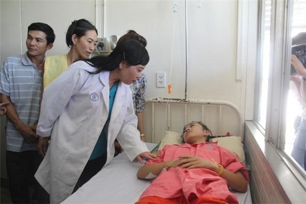 Bộ trưởng Y tế thămnữ sinh bị cưa chântại giường bệnh. Ảnh:K.Trung