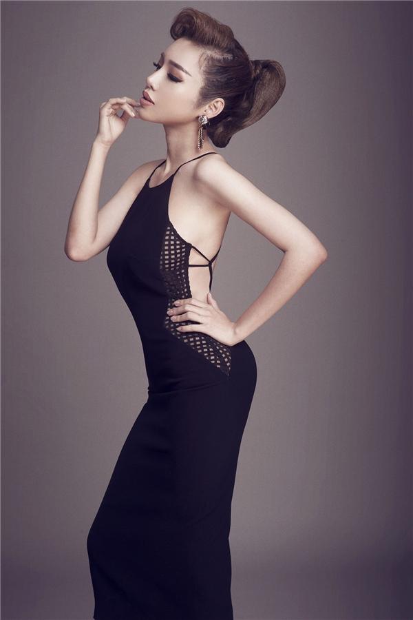 Dáng váy cổ yếm truyền thống được stylist Đỗ Long khéo léo biến tấu, kết hợp cùng thân váy ôm hiện đại mang đến vẻ ngoài quyến rũ cho Elly Trần.