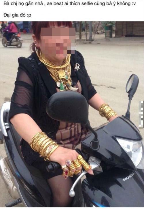 Hình ảnh người phụ nữ đeo đầy vàng chạy xe máy ngoài đường thu hút sự chú ý của cư dân mạng. Ảnh: Chụp màn hình