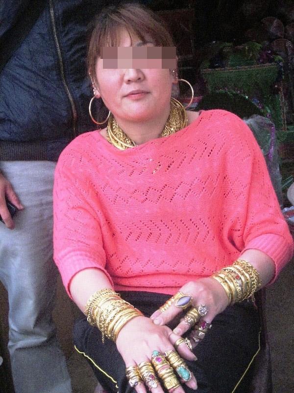 Tranh cãi hình ảnh người phụ nữ đeo đầy vàng chạy xe máy ra đường