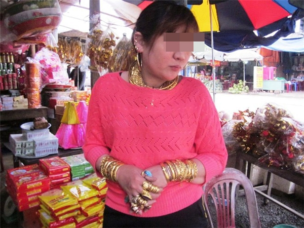 Hình ảnh người phụ nữ tên T. đeo đầy vàng từng gây xôn xao cư dân mạng. Ảnh: Internet