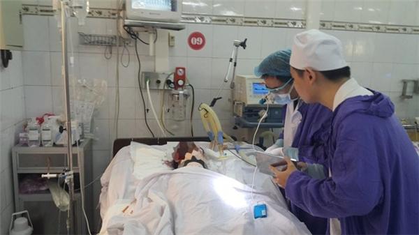 Nạn nhân Đặng Cao Thủy đang trong tình trạng hôn mê, phải thở bằng máy.