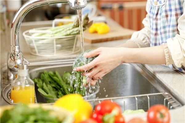 Nên rửa rau quả dưới vòi nước. (Ảnh: Internet)