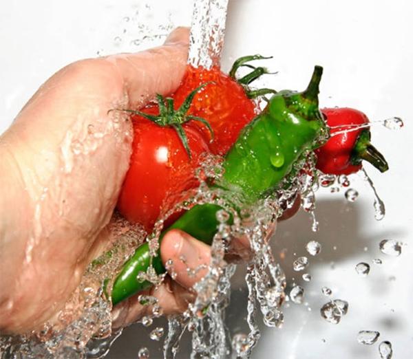 Cà chua, ớt nên được rửa kĩ lưỡng hơn. (Ảnh: Internet)