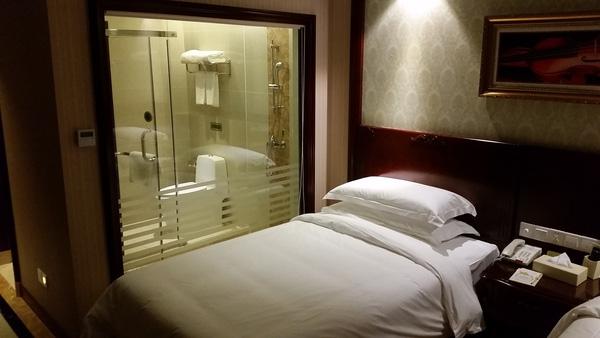 Phòng tắm trong suốt ở khách sạn: Niềm trăn trở của mọi du khách...
