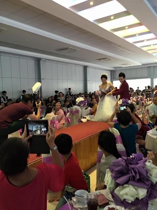 Cô dâu Lê Khánh giẫm lên váy và suýt 'vồ ếch' khi chuẩn bị bước lên sân khấu - Tin sao Viet - Tin tuc sao Viet - Scandal sao Viet - Tin tuc cua Sao - Tin cua Sao