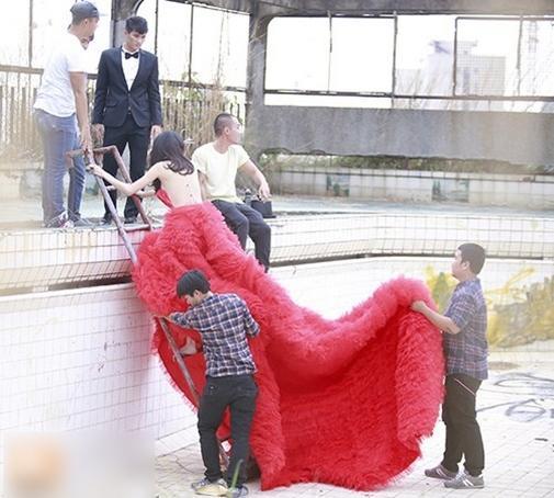 Thủy Tiên cần sự trợ giúp của nhiều người vì chếc váy quá nặng và dài - Tin sao Viet - Tin tuc sao Viet - Scandal sao Viet - Tin tuc cua Sao - Tin cua Sao