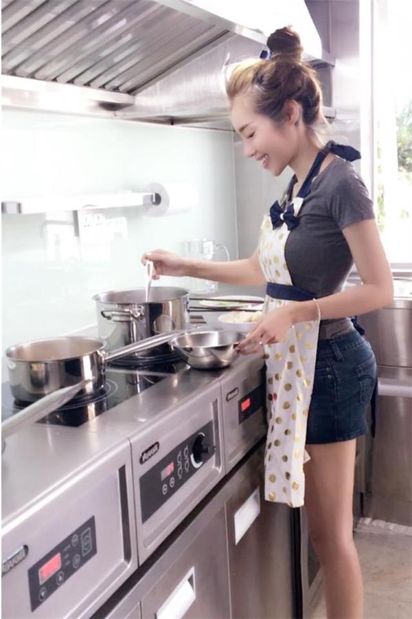 Bà mẹ hai con tự tay vào bếp chuẩn bị bữa cơm gia đình. - Tin sao Viet - Tin tuc sao Viet - Scandal sao Viet - Tin tuc cua Sao - Tin cua Sao