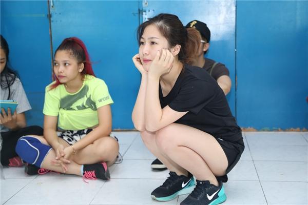 Vẻ mặt đáng yêu của Hương Tràm khi ngồi theo dõi các anh chị vũ công nhảy. - Tin sao Viet - Tin tuc sao Viet - Scandal sao Viet - Tin tuc cua Sao - Tin cua Sao