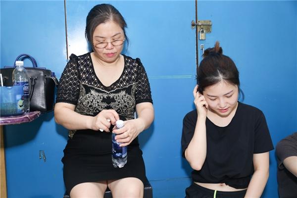 Mẹ của Hương Tràm còn tiếp nước cho con gái. - Tin sao Viet - Tin tuc sao Viet - Scandal sao Viet - Tin tuc cua Sao - Tin cua Sao