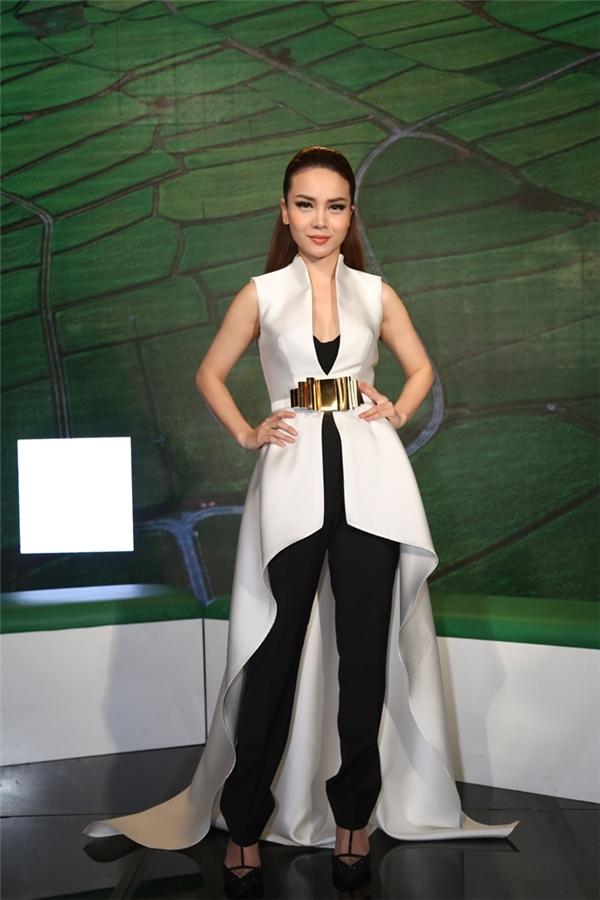 MC Yến Trang gây ấn tượng với trang phục được cách điệu lạ mắt. - Tin sao Viet - Tin tuc sao Viet - Scandal sao Viet - Tin tuc cua Sao - Tin cua Sao
