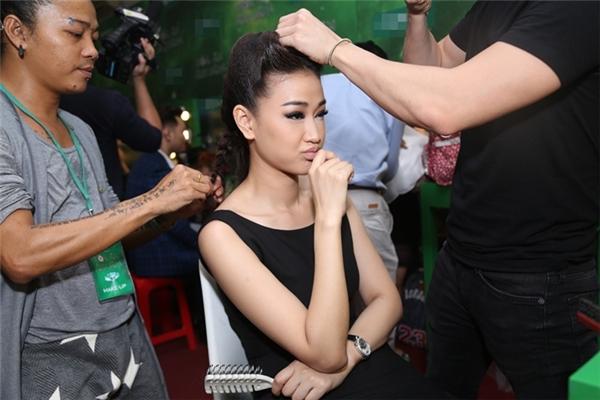 Maya đang được các chuyên gia hỗ trợ về kiểu tóc cho tiết mục đầu tiên. - Tin sao Viet - Tin tuc sao Viet - Scandal sao Viet - Tin tuc cua Sao - Tin cua Sao