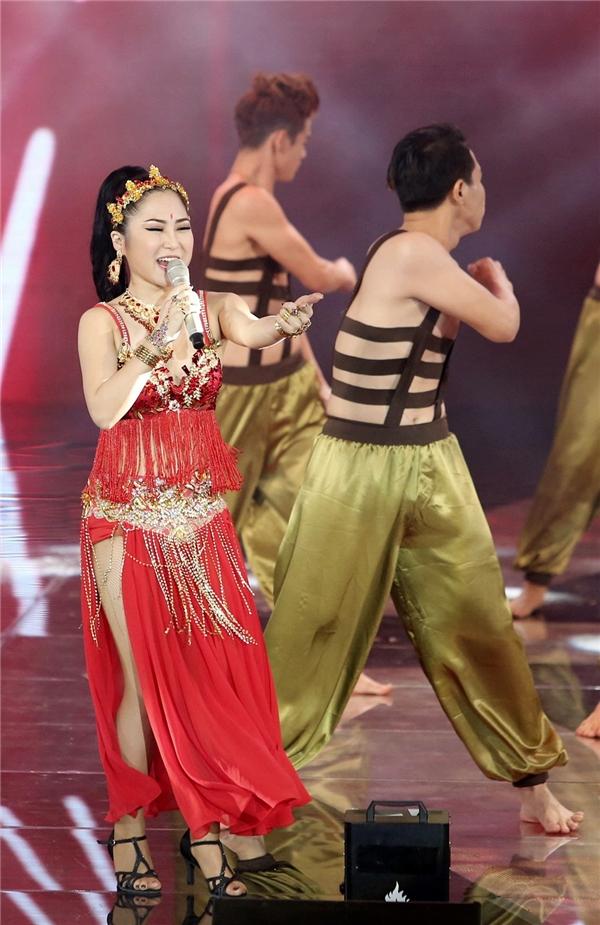 Nữ ca sĩ không ngần ngại thực hiện những động tác múa bụng đòi hỏi kĩ thuật cao. - Tin sao Viet - Tin tuc sao Viet - Scandal sao Viet - Tin tuc cua Sao - Tin cua Sao