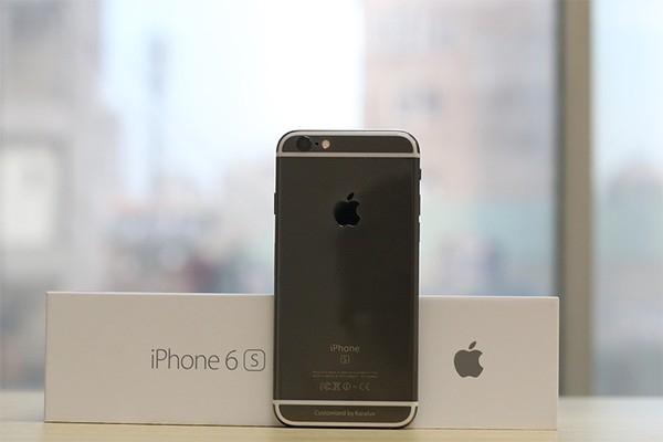 Cô Triệu vô cùng sung sướng khi tìm được cửa hàng bán iPhone 6S với giá rẻ bất ngờ.
