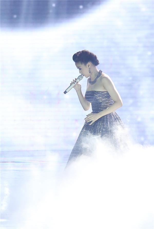 Maya với phần xuất hiện ấn tượng,phông nền khá giản đơn giúp tôn lên vẻ đẹp nhẹ nhàng của nữ ca sĩ. - Tin sao Viet - Tin tuc sao Viet - Scandal sao Viet - Tin tuc cua Sao - Tin cua Sao