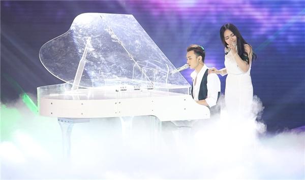Bên cạnh chiếc đại dương cầm, Vũ Thảo My đã cất cao giọng hát đầy kĩ thuật. - Tin sao Viet - Tin tuc sao Viet - Scandal sao Viet - Tin tuc cua Sao - Tin cua Sao