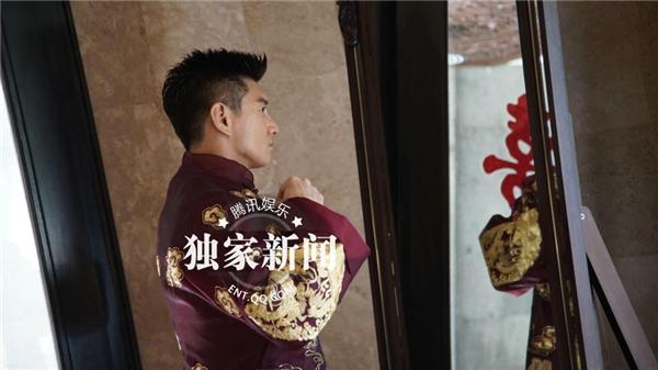 Tứ gia Ngô Kỳ Long mặc long bào đến rước Lưu Thi Thi về dinh