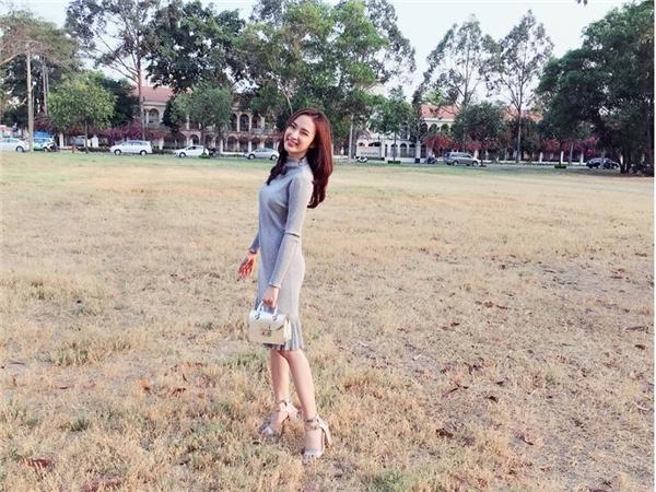 Angela Phương Trinh kết hợp trang phục cùng túi và giày có màu nhạt đồng điệu, hài hòa với trang phục.