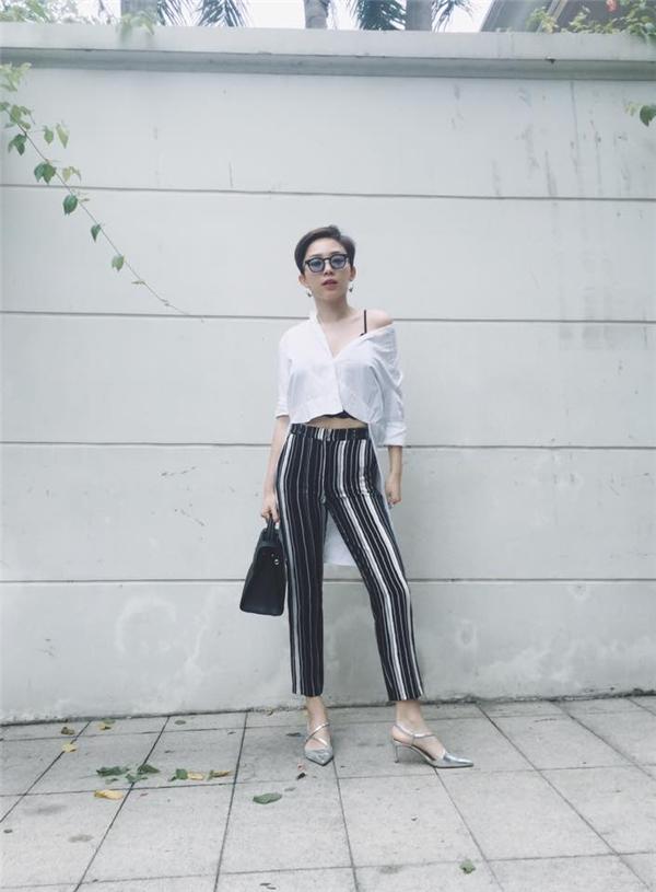 Cùng lăng xê hai tông màu trắng, đen kinh điển; nếu như Yến Nhi điệu đà với váy maxi biến tấu thì Tóc Tiên lại cá tính, gợi cảm với mốt khoe nội y.