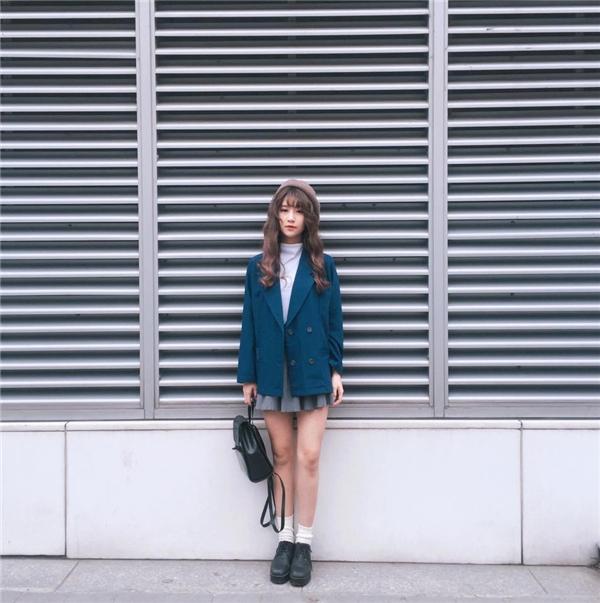 Áo vest phom rộng, chân váy xòe ngắn cùng áo phông cổ lọ của Quỳnh Anh Shyn làm gợi nhớ đến hình ảnh của những nữ sinh trung học Nhật Bản.