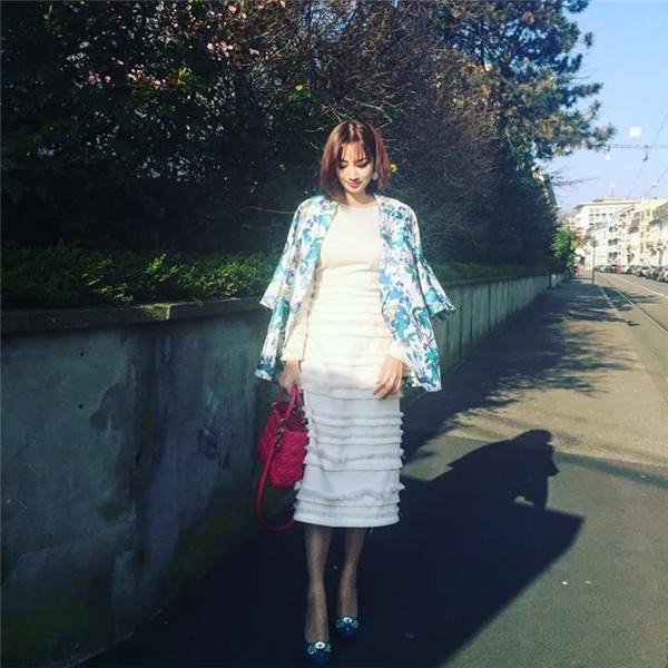 Trúc Diễm thanh lịch, sang trọng trên đường phố London với bộ váy bodycon phối áo khoác hoa bắt mắt. Sắc hồng ngọt ngào của túi Lady Dior như thu trọn cả không gian đầy màu sắc của mùa Xuân - Hè.
