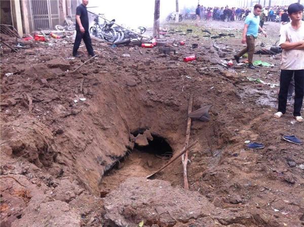 Một hố lớn được tạo ra trước nhà anh Cường sau tiếng nổ kinh hoàng. Ảnh: Internet