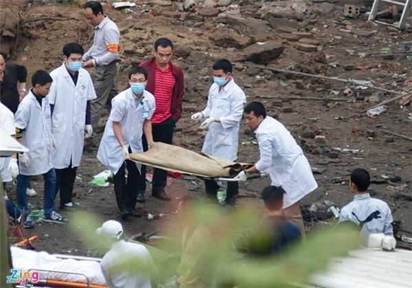 Lực lượng chức năng đưa thi thể hai mẹ con chị Soản bị tử nạn ra khỏi hiện trường. Ảnh: Zing