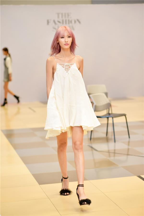 Người mẫu Hằng Nguyễn gây ấn tượng với mái tóc màu hồng ngọt ngào, trẻ trung.