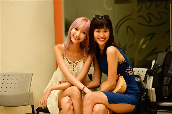 Hằng Nguyễn và Cao Thiên Trang thân thiết trong buổi tập chương trình.
