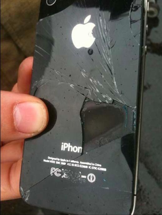 Chiếc iPhone 4 bị bốc cháy vào năm 2011. (Ảnh: Internet)