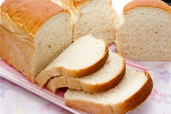 """Bánh mì trắng tưởng chừng rất bổ dưỡng nhưng lại chính là """"bạn xấu"""" của sức khoẻ. (Ảnh: Internet)"""