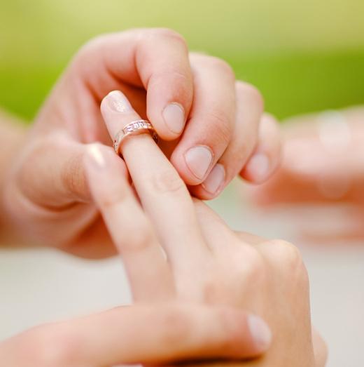 Ngón đeo nhẫn: đây là mẫu người tình cảm, sống thiên về gia đình, biết vun vén, lo toan, quan tâm, chia sẻ. Bạn sẽ không phải lo nghĩ nhiều nếu có được người như thế này làm chồng. (Ảnh: Internet)