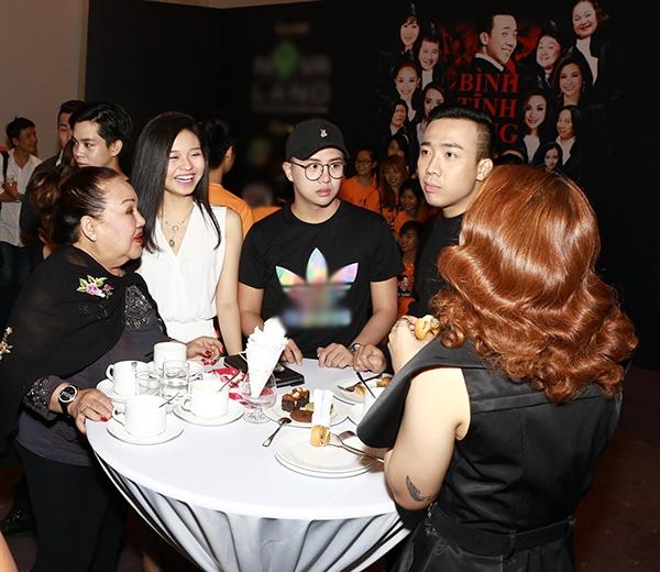 Các nghệ sĩ vui vẻ trò chuyện cùng nhau trước giờ họp báo bắt đầu. - Tin sao Viet - Tin tuc sao Viet - Scandal sao Viet - Tin tuc cua Sao - Tin cua Sao