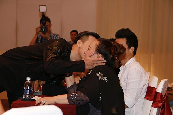 """Sau lời tâm sự này của NSND Ngọc Giàu, Trấn Thành đã tiến lại gần ôm """"má"""" và dành tặng cho """"má"""" một nụ hôn thay lời cảm ơn sâu sắc. - Tin sao Viet - Tin tuc sao Viet - Scandal sao Viet - Tin tuc cua Sao - Tin cua Sao"""