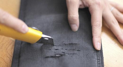 Dùng dao rọc rách quần để tạo kiểu. (Ảnh: Internet)