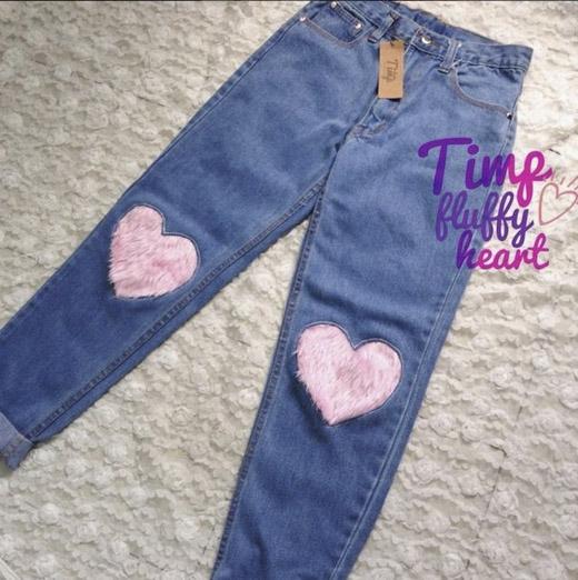 Họa tiết trái tim gắn lông được thêu lên đầu gối chiếc quần jeans trông dễ thương và nhí nhảnh hơn. (Ảnh: Internet)