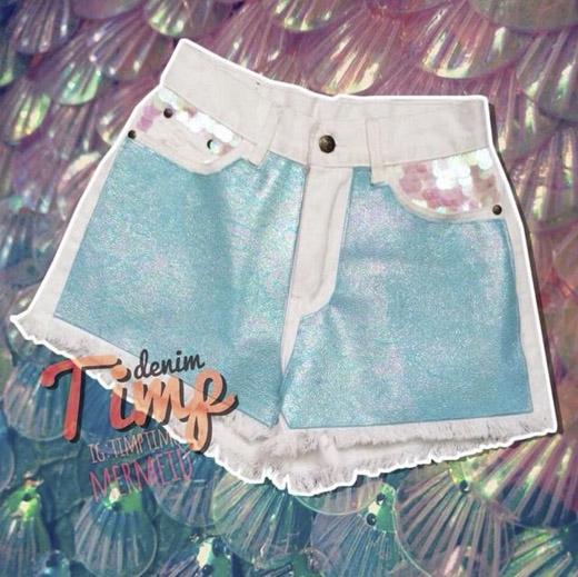 Bạn có thể biến chiếc quần short jeans màu trắng thành quần ánh kim khi may thêm loại vải metallic lên thân quần. (Ảnh: Internet)