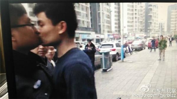 """Nam cảnh sát """"đứng hình"""" khi bị Huang khóa môi. Ảnh: Weibo"""