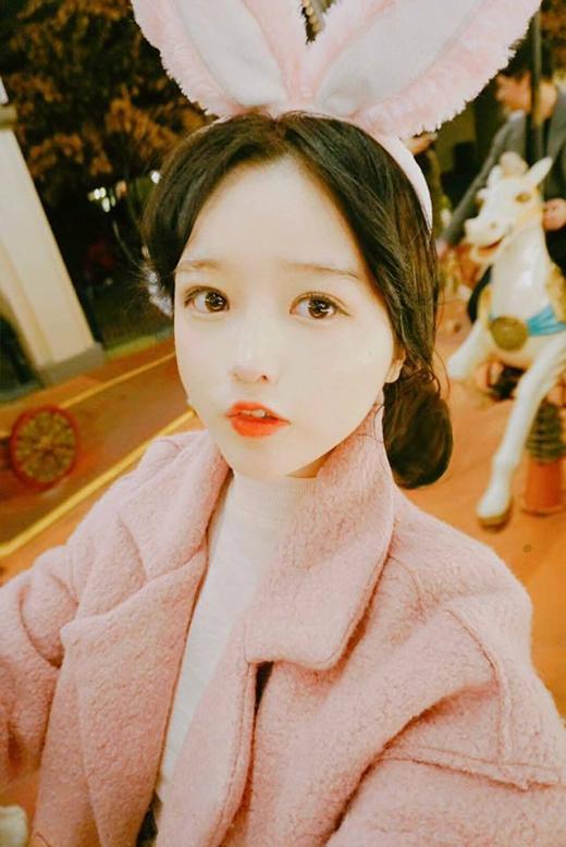 Eun Hye với đôi mắt to tròn, khuôn miệng chúm chím hút mắt người đối diện. (Ảnh: Internet)
