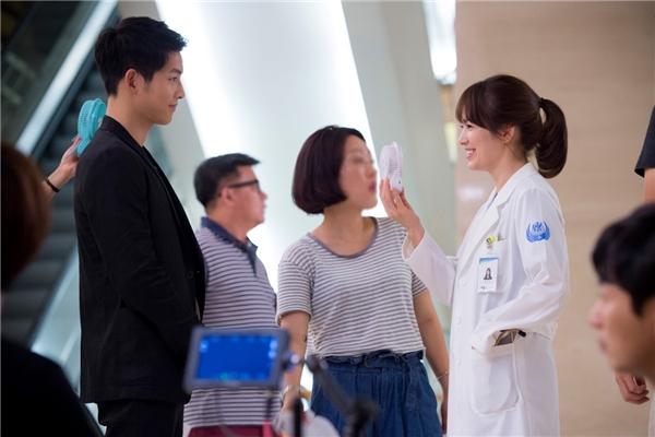 Song Joong Ki và Song Hye Kyo thân thiết trên phim trường